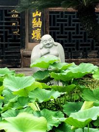 新都宝光寺荷叶中间的菩萨雕塑