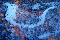 夕照照耀的大兴安岭雪色河流