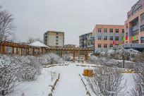 铺雪小路长廊树木雪景与教学楼