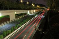 汽车行驶过留下红色光线