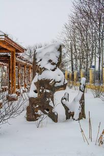 动物造型假山石雪景