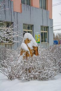 挂着雪挂的树木丛与艺术石雪景