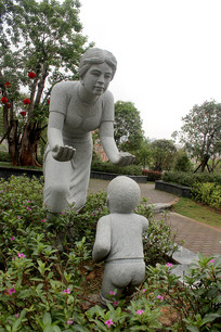 花丛中石雕妈妈宝宝
