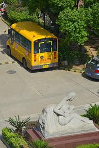 武汉街- 雕塑及幼儿园校车