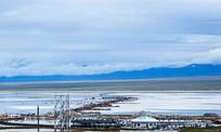 蓝天白云下的茶卡盐湖