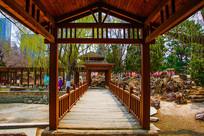 沈阳中山公园廊檐与木桥桥面