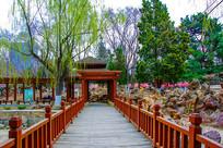 沈阳中山公园木桥桥面与廊亭