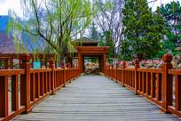 沈阳中山公园木桥桥面与亭廊