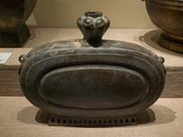 西汉文物蒜头型铜扁壶