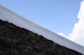 磨刀石梁子陡峭山崖上厚厚的雪墙