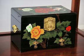 月季图案黑漆木盒