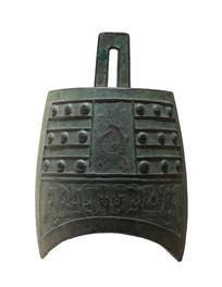 战国文物夔纹钮钟白背景