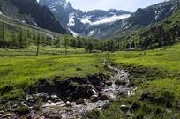 高山下的小溪