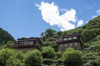 蓝天白云下的藏族房屋