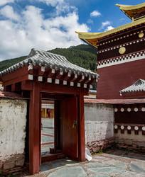 蓝天白云下的寺庙