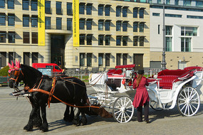 德国柏林勃兰登堡门-古董马车