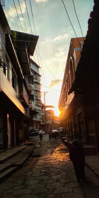 漫步在夕阳下的小镇