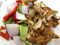 餐厅生食材摆盘-洋葱炒肥肠
