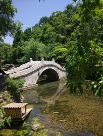湖水上的小桥