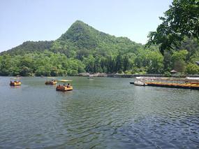 景点里的湖水