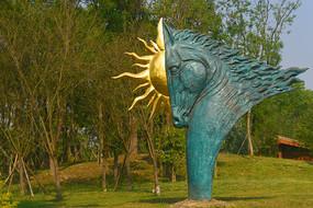 顶着太阳的骏马雕塑