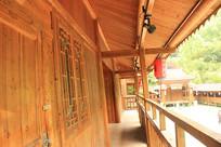 古建筑木质走廊一角