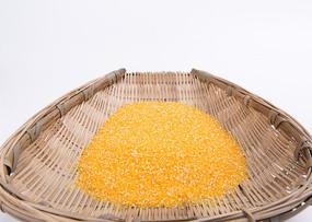 筐中的玉米碎
