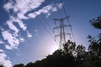 仰拍高压电线塔