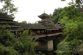 桥上的木质桐楼