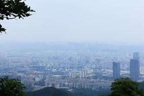 白云山顶拍摄城市