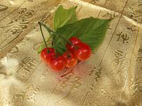 金色背景上的红樱桃