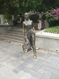 领包的女人雕塑
