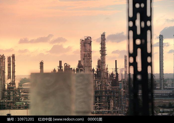 夕阳下的茂名乙烯厂图片