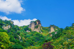 辽阳通明山两座山峰与蓝天白云