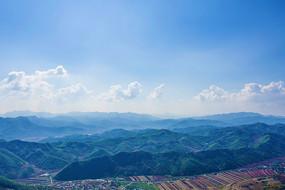 辽阳通明山山顶俯视群山白云