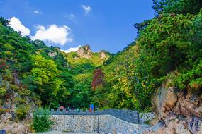 辽阳通明山山峰与石墙围栏山路