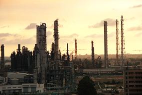 夕阳下的乙烯厂