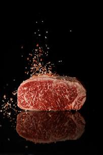 黑色背景牛肉图