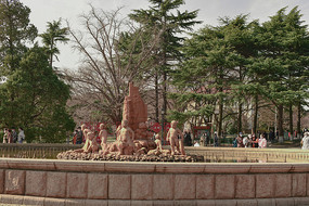 绿树环绕的园林雕塑