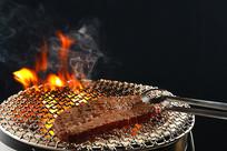 烤网上的牛肉