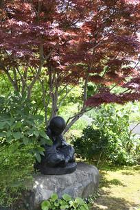 树下打坐侧面雕塑