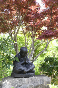 树下打坐正面雕塑