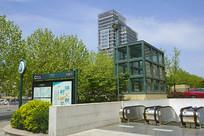 青岛地铁芝泉路站及城市风光