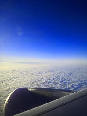 飞机外的云层