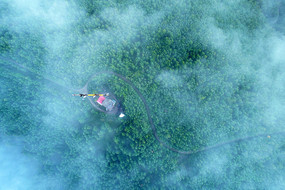 航拍大兴安岭云端通信信号塔