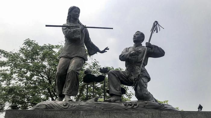 青年情侣雕塑