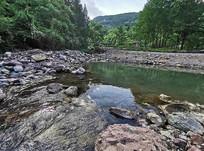 激流险滩和绿色河流