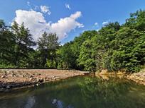 静静的河水