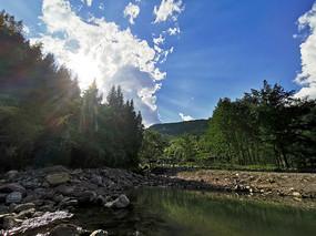 蓝天下的小河