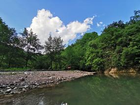 绿水青山和蓝天白云
